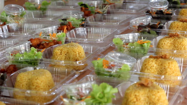 stockvideo's en b-roll-footage met prepare thai food lunch box kgawhmk - chicken bird in box