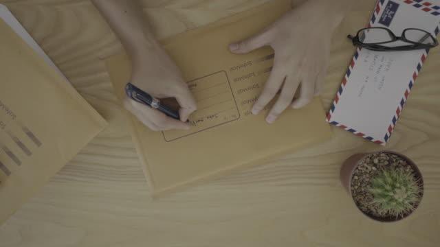förbered dig på att skicka ett brev - kuvert bildbanksvideor och videomaterial från bakom kulisserna