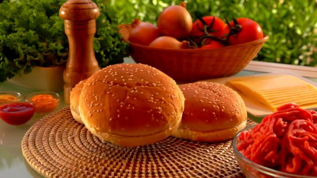 beredda produkter för hamburgare på bordet - cheese sandwich bildbanksvideor och videomaterial från bakom kulisserna