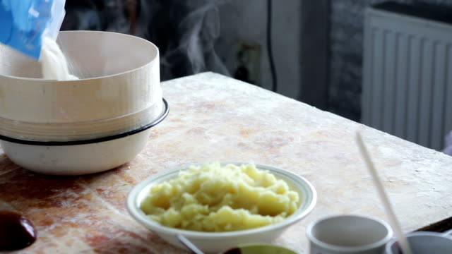 prepara la pasta in cucina domestica - formare pane video stock e b–roll