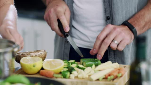 zubereitung einer gesunden und köstlichen mahlzeit - küchenzubehör stock-videos und b-roll-filmmaterial