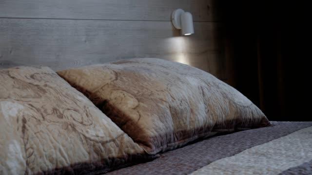 vídeos y material grabado en eventos de stock de preparación de una habitación de hotel para los huéspedes, servicio de habitaciones, preparación de la habitación, mucama limpieza - almohada