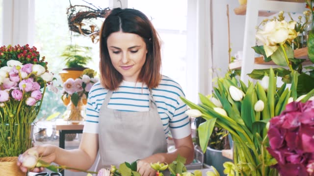 vidéos et rushes de préparation d'un nouveau bouquet. - composition florale