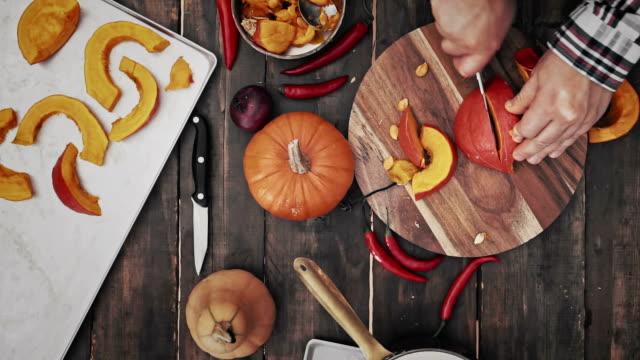 подготовка и резки свежие pumpkins - pumpkin стоковые видео и кадры b-roll