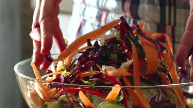 vorbereitung und das mischen frische wurzel gemüsesalat - vegetarisches gericht stock-videos und b-roll-filmmaterial
