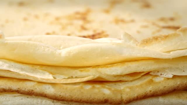 förbereda bakade crepes pannkakor med skinka och tomater - crepes bildbanksvideor och videomaterial från bakom kulisserna