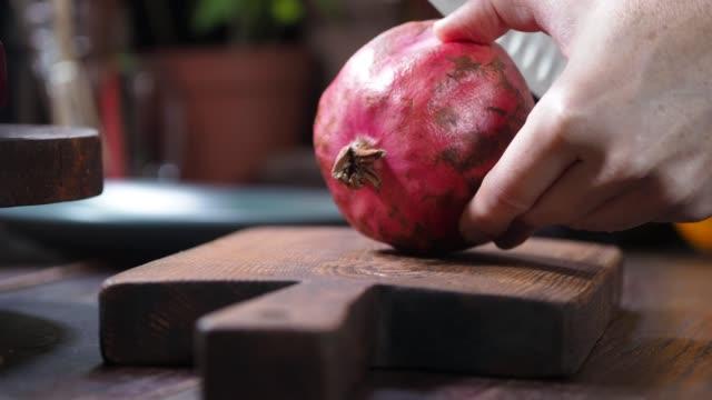 vídeos de stock e filmes b-roll de preparing beet and orange salad - romã