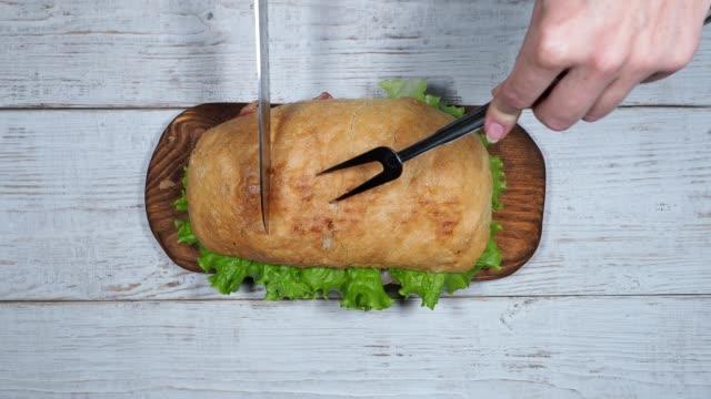 vídeos de stock e filmes b-roll de preparing blt sandwich - sanduíche