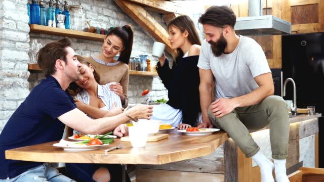 vidéos et rushes de préparer le petit déjeuner ensemble - cuisine non professionnelle