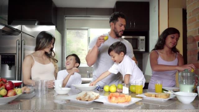 家族全員の助けを借りて朝食を準備する - 全身点の映像素材/bロール