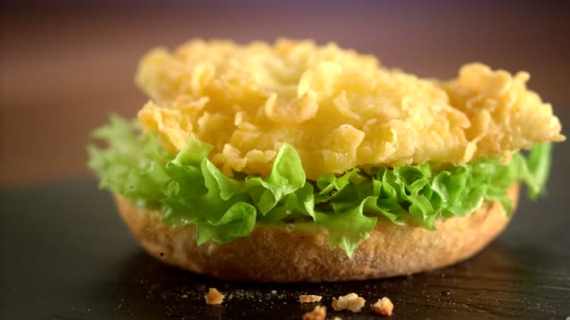 stockvideo's en b-roll-footage met voorbereiding hamburger. vouwen lagen. slow motion - sandwich