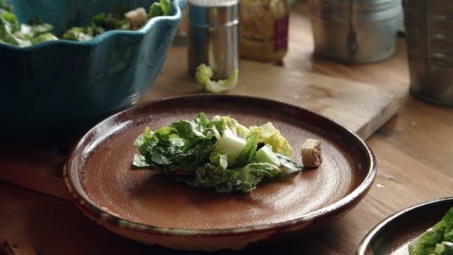 チキン、レタス、パルメザン チーズのシーザー サラダを準備します。 - サラダ点の映像素材/bロール