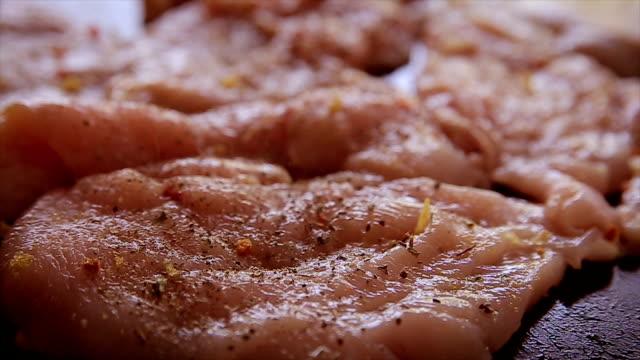 förbereda kyckling måltid med basilika - marinad bildbanksvideor och videomaterial från bakom kulisserna