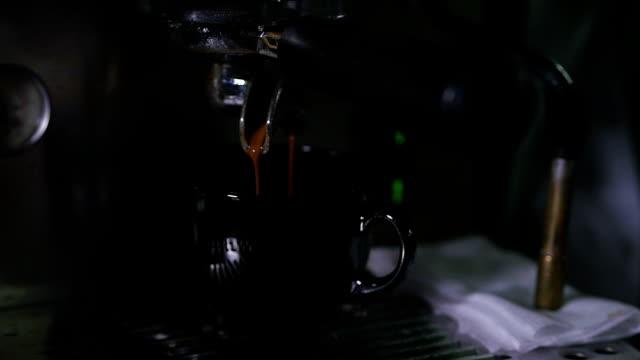 zubereitung von kaffee mit moderner kaffeemaschine - koffeinmolekül stock-videos und b-roll-filmmaterial