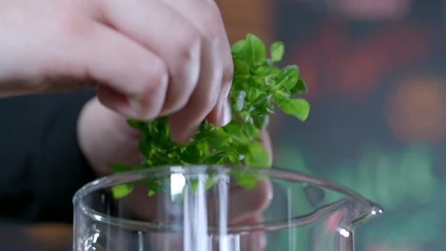 förbereda detox vatten - basilika ört bildbanksvideor och videomaterial från bakom kulisserna
