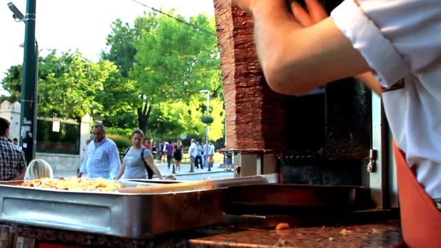 vorbereitung doner kebab in einem buffet - döner stock-videos und b-roll-filmmaterial