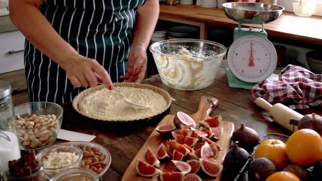 vídeos de stock, filmes e b-roll de preparando a torta do figo com amêndoa, pistache e mascarpone - comida salgada