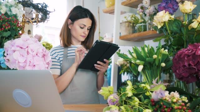förbereder för leverans. - blomstermarknad bildbanksvideor och videomaterial från bakom kulisserna