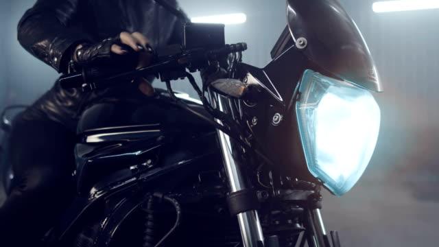 vidéos et rushes de préparation pour les courses de moto de nuit. - moto sport
