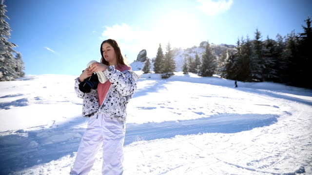 prepararsi per lo snowboard - abiti pesanti video stock e b–roll