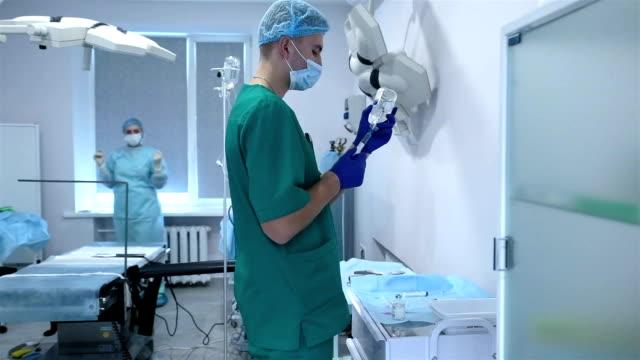 vidéos et rushes de préparation pour le début de la chirurgie laparoscopique. - infirmier