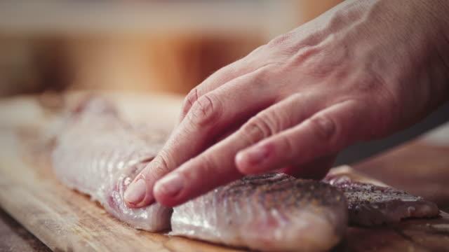 vídeos de stock e filmes b-roll de preparar novas alasca juliana filete - bacalhau
