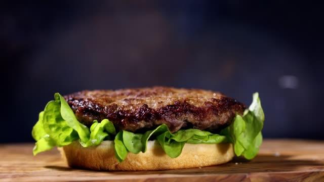 vídeos y material grabado en eventos de stock de preparación de una hamburguesa con queso fresco - hamburguesa