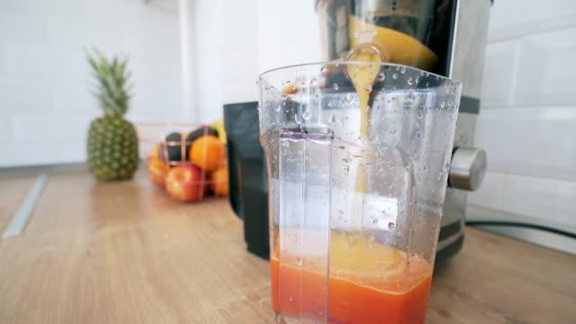 preparing fresh smoothie. - disintossicazione video stock e b–roll
