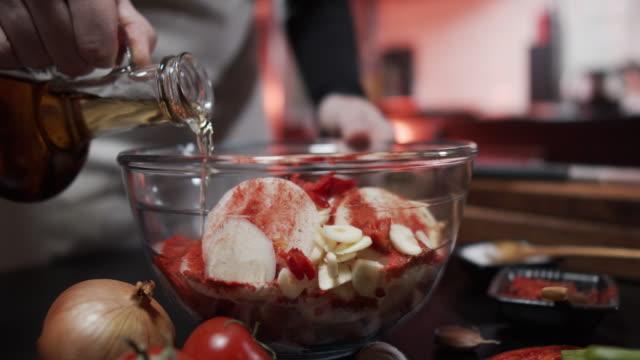 집에서 돼지꼬치 튀김 준비 - 식초 스톡 비디오 및 b-롤 화면