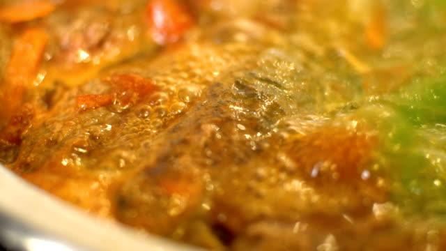 vídeos y material grabado en eventos de stock de preparar gulash guisado, slo mo - comida francesa