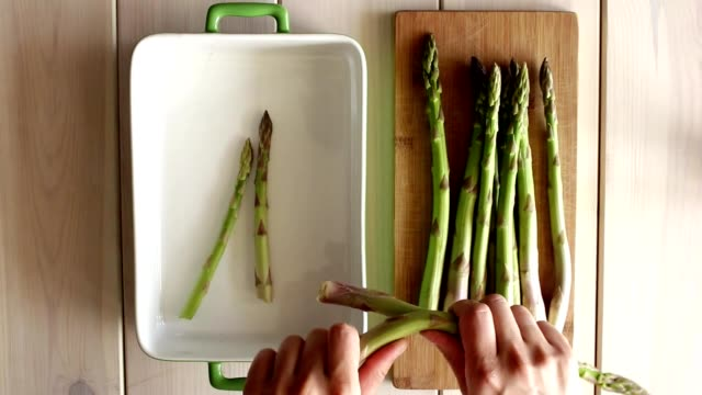 vídeos de stock e filmes b-roll de preparing green asparagus to eat bake cook - assado no forno