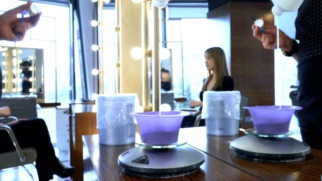 vídeos de stock e filmes b-roll de preparing hair dye - matéria corante