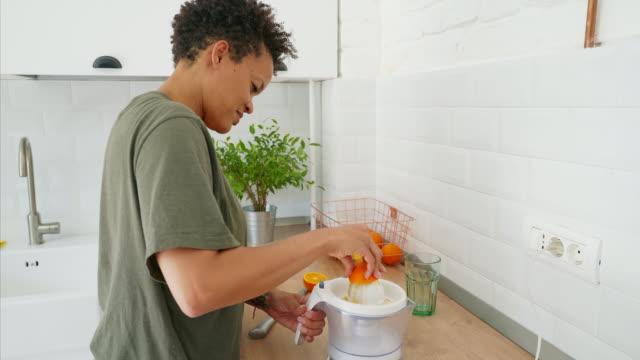 Preparar su jugo favorito. - vídeo