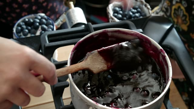 vídeos de stock e filmes b-roll de preparing homemade blueberry jam and canning in jars - jam jar
