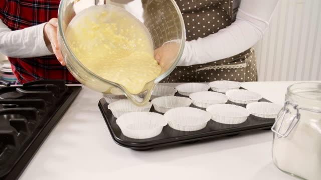 vídeos de stock, filmes e b-roll de preparação de bolos caseiros - sem glúten