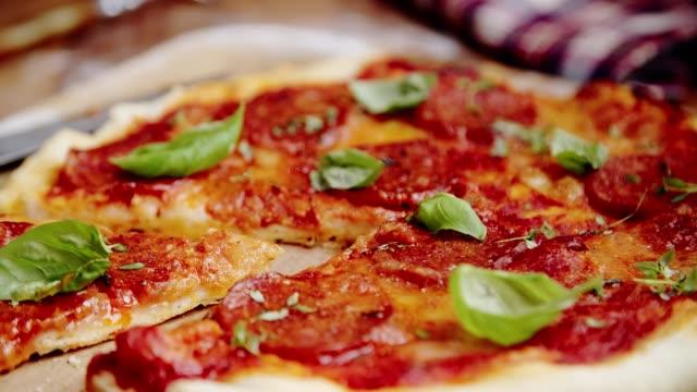 förbereda hemlagad panpizza i inhemska kök - basilika ört bildbanksvideor och videomaterial från bakom kulisserna