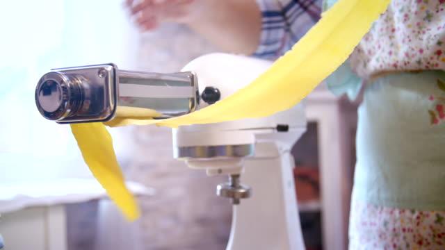 vorbereitung der hausgemachte pasta - pasta stock-videos und b-roll-filmmaterial