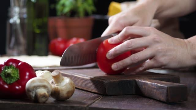 vídeos y material grabado en eventos de stock de preparación de pizza casera - ingrediente
