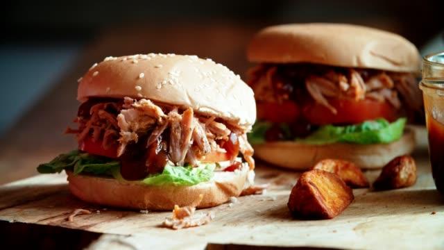 Preparación casera tiró de hamburguesa de carne de cerdo en la cocina doméstica - vídeo