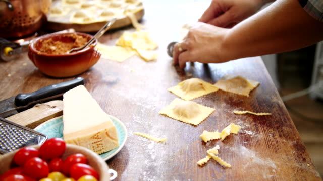 vídeos de stock e filmes b-roll de preparing homemade ravioli pasta - ravioli
