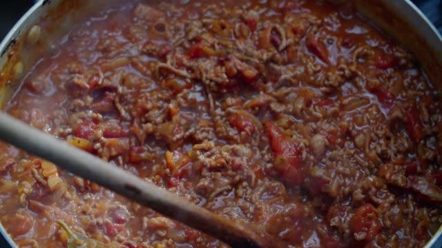 vidéos et rushes de préparer des spaghetti bolognaise - spaghetti bolognaise