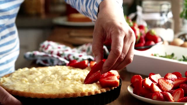preparing homemade strawberry cake with pudding and fresh strawberries - formaggio spalmabile video stock e b–roll
