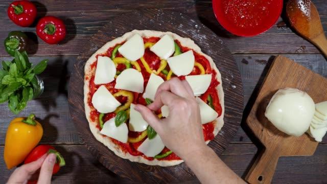 förbereda hemlagad vegetarisk pizza - hemmagjord bildbanksvideor och videomaterial från bakom kulisserna