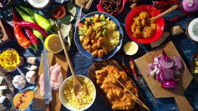 Preparando a comida indiana - vídeo