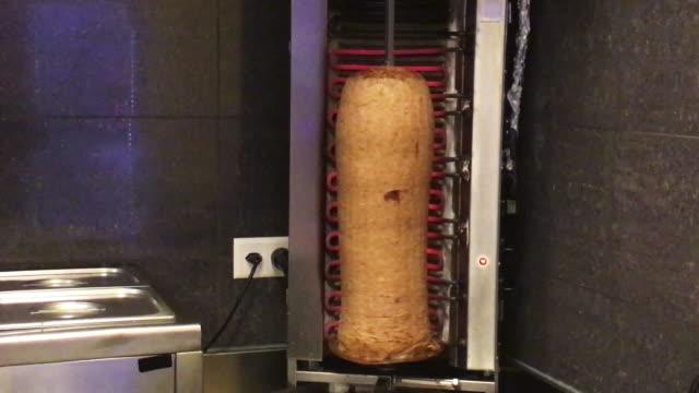 kebab im fast food restaurant zubereiten - döner stock-videos und b-roll-filmmaterial