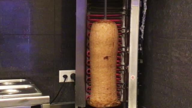 kebab im fast food restaurant zubereiten. - döner stock-videos und b-roll-filmmaterial