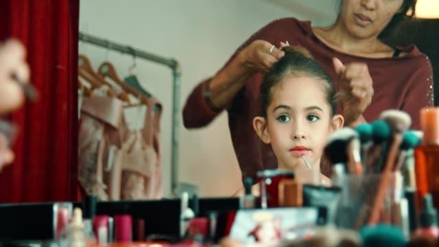 preparing little ballet dancer - 8 9 anni video stock e b–roll