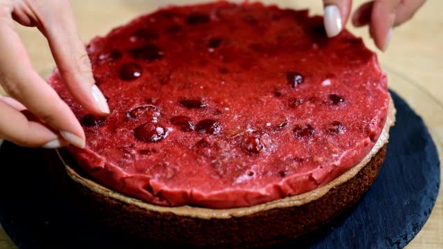 vídeos de stock, filmes e b-roll de preparando a fazer bolo de chocolate com cerejas. - comida feita em casa