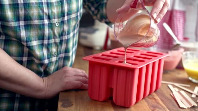 vorbereitung mango, erdbeere, heidelbeere, joghurt eiscreme auf dem stick - selbstgemacht stock-videos und b-roll-filmmaterial