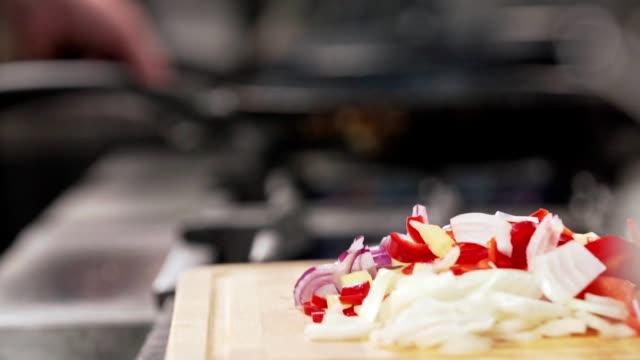 vídeos de stock e filmes b-roll de preparing meal in the kitchen - paprica